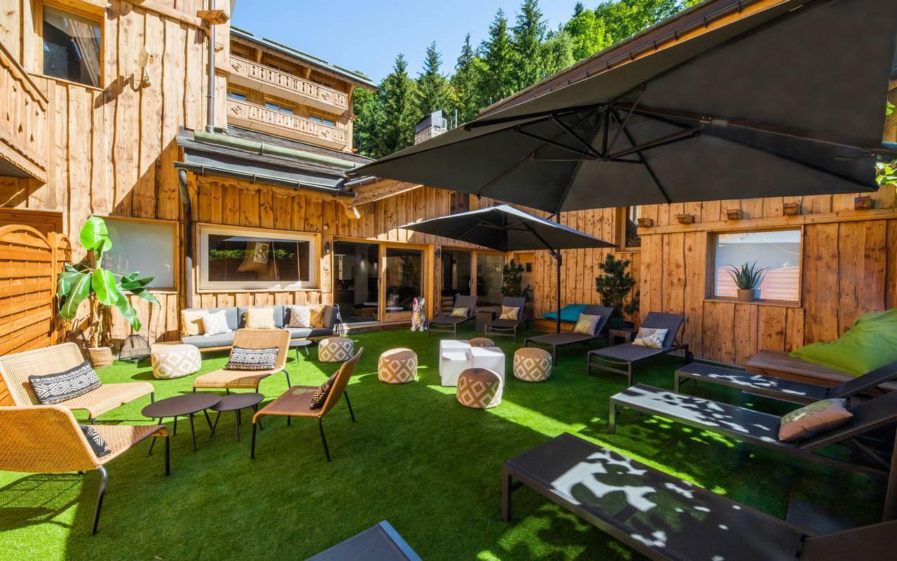 Outdoor terrace with deck chairs, Hôtel Méribel, La Chaudanne.